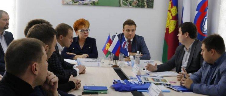 Олег Бойченко совместно с Испонительным секретарем городского отделения Партии Галиной Глущенко  принял участие в качестве эксперта в первом занятии Краснодарской партийной школы.
